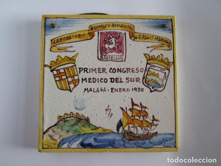 AZULEJO CERAMICA ALCORA - PRIMER CONGRESO MEDICO DEL SUR - MALAGA 1950 - PAGET MARUNY - 13,5X13,5 (Antigüedades - Porcelanas y Cerámicas - Alcora)