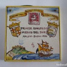 Antigüedades: AZULEJO CERAMICA ALCORA - PRIMER CONGRESO MEDICO DEL SUR - MALAGA 1950 - PAGET MARUNY - 13,5X13,5. Lote 114059967