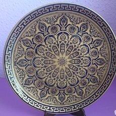 Antigüedades: PLATO PORCELANA DAMASQUINADO EN ORO LEY. Lote 112732603