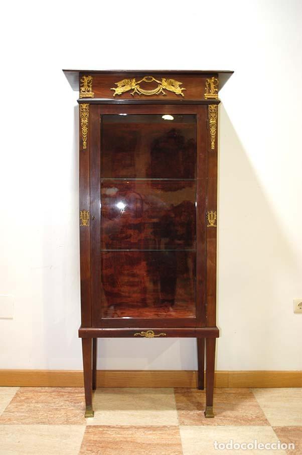 ANTIGUA VITRINA ESTILO IMPERIO DE MADERA DE CAOBA Y BRONCE (Antigüedades - Muebles Antiguos - Vitrinas Antiguos)