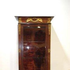 Antigüedades: ANTIGUA VITRINA ESTILO IMPERIO DE MADERA DE CAOBA Y BRONCE. Lote 114106483