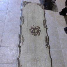 Antigüedades: MESA DE CENTRO ESTILO ESPAÑOL, LACADA Y DORADA. Lote 114151987