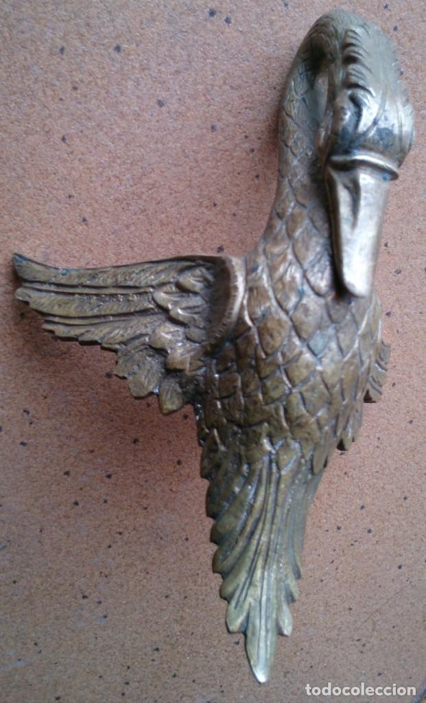 Antigüedades: Pieza de bronce cisne remate adorno mueble antiguo - Foto 2 - 150968529
