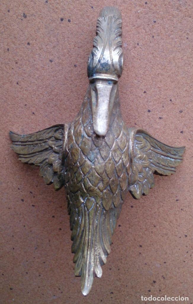 Antigüedades: Pieza de bronce cisne remate adorno mueble antiguo - Foto 3 - 150968529