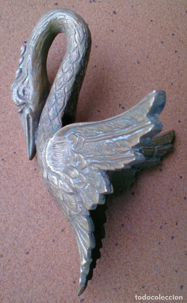Antigüedades: Pieza de bronce cisne remate adorno mueble antiguo - Foto 4 - 150968529