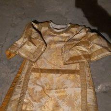 Antigüedades: FANTASTICA DALMATICA DE SEDA BKANCA CON DIBUJOS FLORALES EN ORO. Lote 127209152