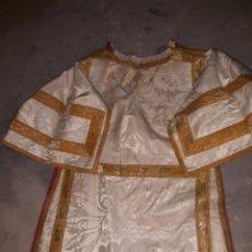 Antigüedades: FANTASTICA DALMATICA SIGLO XIX DE SEDA BLANCA CON DIBUJO Y PASAMANERIA. Lote 115512140