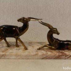 Antigüedades: FIGURA DE CIERVOS EN METAL DORADO CON PEANA DE MARMOL. Lote 114227843