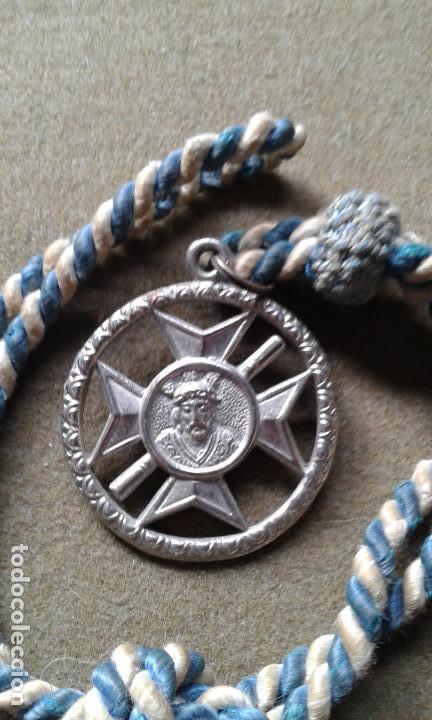 SEMANA SANTA SEVILLA - MEDALLA CON CORDON DE LA HERMANDAD DE SAN ESTEBAN (Antigüedades - Religiosas - Medallas Antiguas)