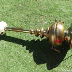 Antigüedades: ANTIGUO GRAN PIE DE LÁMPARA DE LATON. Lote 114244402