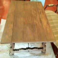 Antigüedades: MESA CON FIADORES Y PATA DE LIRA. Lote 114248919