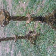 Antiques - Pareja de candelabros antiguos de metal-bronce con más de ciento cincuenta años - 114251483