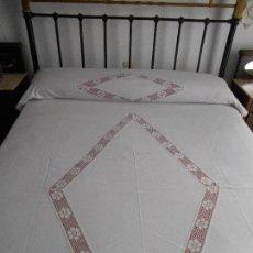 Antigüedades: BONITA COLCHA EN ALGODON CON ENCAJE DE BOLILLOS PARA CAMA PEQUEÑA, MIDE 164 X 223 CMS. Lote 114285955