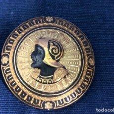 Antigüedades: BROCHE CIRCULAR DAMAQUINADO HOMBRE CASCO MILITAR SOLDADO RENACENTISTA TOLEDO 3,5CMS. Lote 114286715