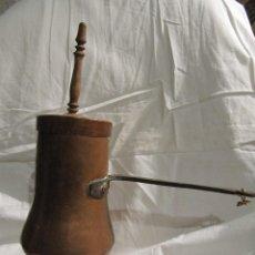 Antigüedades: ANTIGUA CHOCOLATERA DE COBRE CON SU MANGO EN MADERA -. Lote 114297715