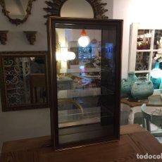 Antigüedades: VITRINA CONTEMPORÁNEA DE 4 BALDAS DISEÑO DE LA VIEJA ESPAÑA ETIQUETA ORIGINAL AÑOS 60 40X14 X70 CM. Lote 114321547
