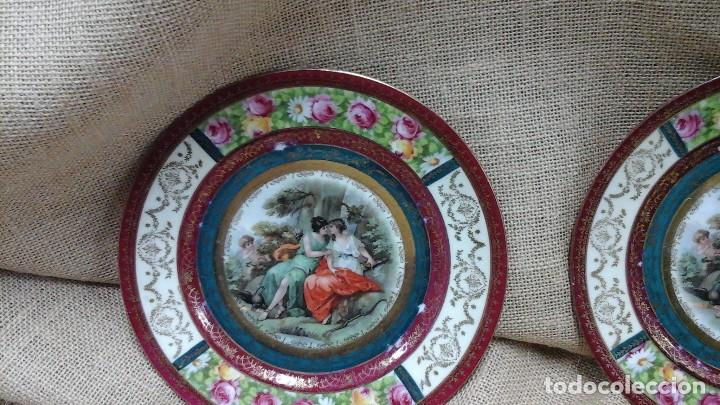 Antigüedades: Pareja de platos decorados en fina porcelana . Ppios siglo xx - Foto 2 - 114402291