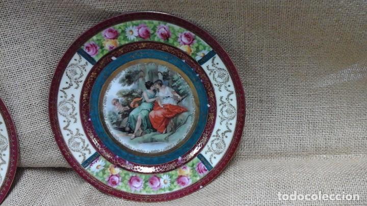 Antigüedades: Pareja de platos decorados en fina porcelana . Ppios siglo xx - Foto 3 - 114402291