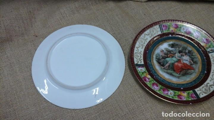 Antigüedades: Pareja de platos decorados en fina porcelana . Ppios siglo xx - Foto 6 - 114402291