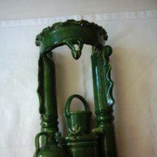 Antigüedades: BROCAL DE CERÁMICA DE LOS HERMANOS ALMARZA. ÚBEDA, JAÉN. CON POZO, CUBO Y CÁNTARO. 29,5 X 16 CM. . Lote 114402487