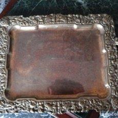 Antigüedades: BANDEJA CON ASAS REPUJADA Y CINCELADA DE METAL BLANCO PLATEADO. FRANCIA. Lote 114423503