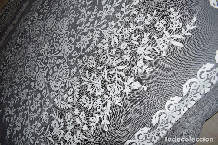MANTEL TUL CON DIBUJO EN TERCIOPELO BLANCO TIPO MANTILLA AÑOS 50 230CM X205CM (Antigüedades - Hogar y Decoración - Manteles Antiguos)
