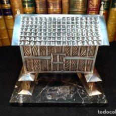 Antigüedades: TREMENDO HÓRREO DE PLATA ANTIGUO SOBRE PEANA DE MARMOL - JOYERO - HÓRREO DE RIBADEO - CONTRASTES -. Lote 114488451