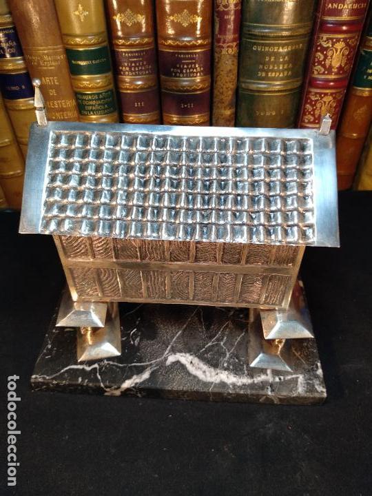 Antigüedades: TREMENDO HÓRREO DE PLATA ANTIGUO SOBRE PEANA DE MARMOL - JOYERO - HÓRREO DE RIBADEO - CONTRASTES - - Foto 4 - 114488451