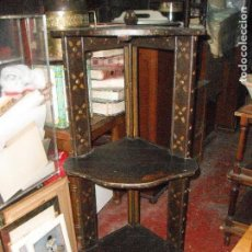 Antigüedades: MUEBLE ANTIGUO DE MADERA REPISA TRES ESTANTES DE ESQUINA DECORACIÓN DORADOS MEDIDA 135 X 57 X 50 CM.. Lote 114573227