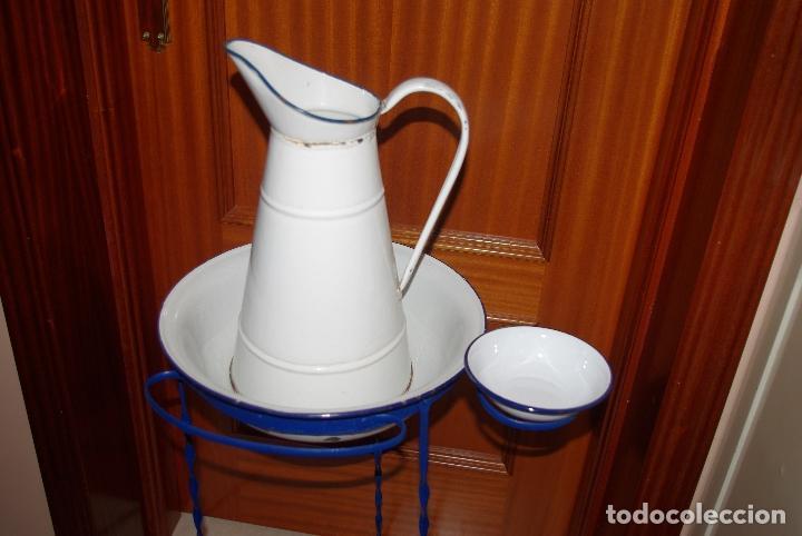 Antigüedades: Palanganero de hierro con jarra, palangana y jabonera esmaltadas.1m - Foto 2 - 114648207