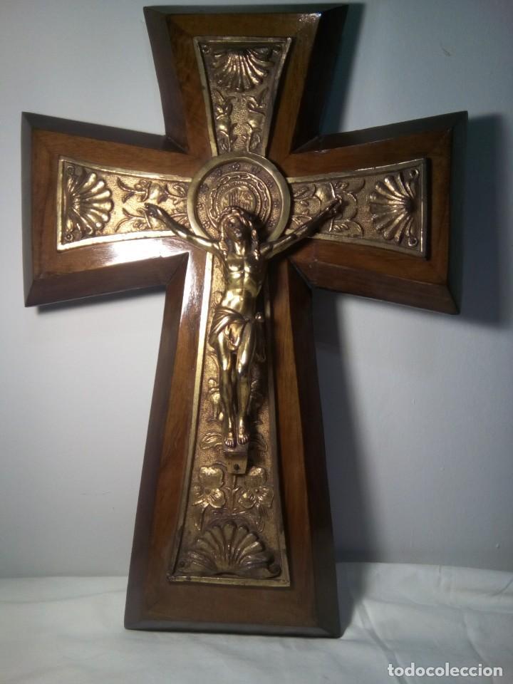 ANTIGUO CRUCIFIJO DE MADERA Y METAL (Antigüedades - Religiosas - Crucifijos Antiguos)