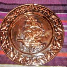 Antigüedades: PLATO DECORATIVO CON SOPORTE PARA COLGAR. CON RELIEVE. MOTIVO MARÍTIMO. Lote 114679575