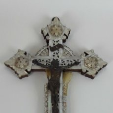 Antigüedades: CRUCIFIJO NÁCAR, METAL Y MADERA. VIA CRUCIS PARTE TRASERA. BETHLEM?. S.XIX.. Lote 114775575