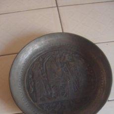 Antigüedades: ANTIGUO PLATO DE ESTAÑO CON DECORACIÓN REPUJADA INSPIRADA EN LOS RELIEVES ASIRIOS. Lote 114833739