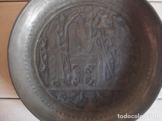 Antigüedades: Antiguo plato de estaño con decoración repujada inspirada en los relieves asirios - Foto 2 - 114833739