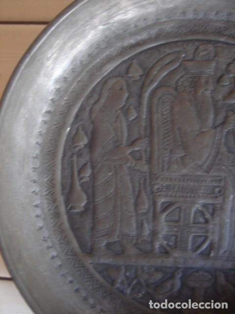 Antigüedades: Antiguo plato de estaño con decoración repujada inspirada en los relieves asirios - Foto 3 - 114833739
