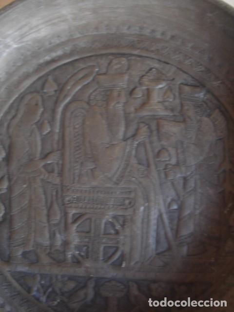 Antigüedades: Antiguo plato de estaño con decoración repujada inspirada en los relieves asirios - Foto 4 - 114833739