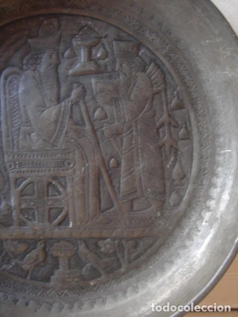 Antigüedades: Antiguo plato de estaño con decoración repujada inspirada en los relieves asirios - Foto 5 - 114833739