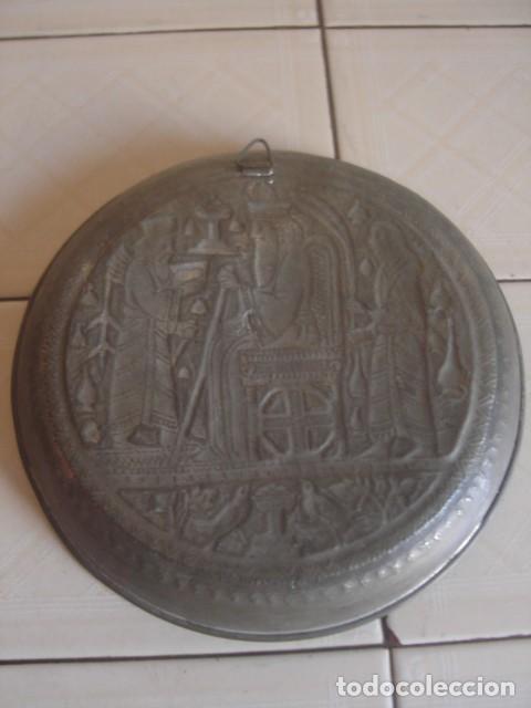 Antigüedades: Antiguo plato de estaño con decoración repujada inspirada en los relieves asirios - Foto 6 - 114833739