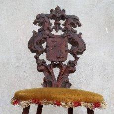 Antigüedades: ESCUDO DE ARMAS TALLADO EN UNA SILLA. Lote 114834235