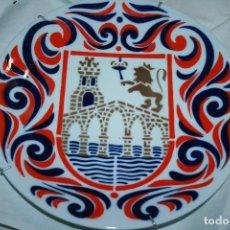 Antigüedades: PLATO DE SARGADELOS CON EL ESCUDO DE ORENSE OURENSE. 24 CMS. DIÁMETRO. Lote 114847387