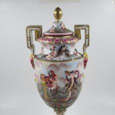 Antigüedades: JARRÓN CAPODIMONTE DE CERÁMICA, 1900. 54X23CM. Lote 209667472
