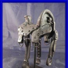 Antigüedades: ARTISTICA MONTURA SILLA DE MONTAR ESPAÑOLA DE BRONCE. Lote 114920999