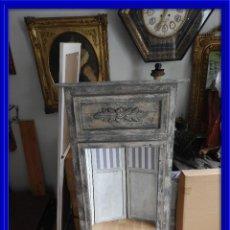 Antigüedades: ESPEJO TRUMEAU DE MADERA ENVEJECIDA CON BONITO COPETE. Lote 114932427
