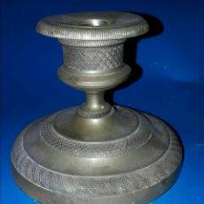 Antigüedades: MUY RARO CANDELERO BAJO EN BRONCE. FINALES S.XVIII / PRINCIPIOS S.XIX.. Lote 114952026