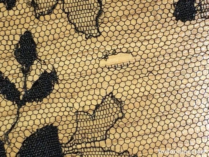 Antigüedades: GRAN MANTILLA. BORDADO SEMIMECÁNICO SOBRE TUL. SEDA Y/O VISCOSA. ESPAÑA. CIRCA 1930 - Foto 4 - 107053888