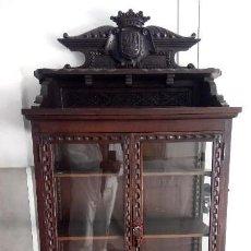 Antigüedades: VITRINA NOGAL RENACIMIENTO. Lote 114956611