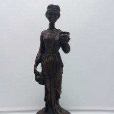 Antigüedades: ELEGANTE FIGURA ANTIGUA DE ESTILO GRECO ROMANA SOBRE PEANA EN TONOS OSCUROS.. Lote 114962767