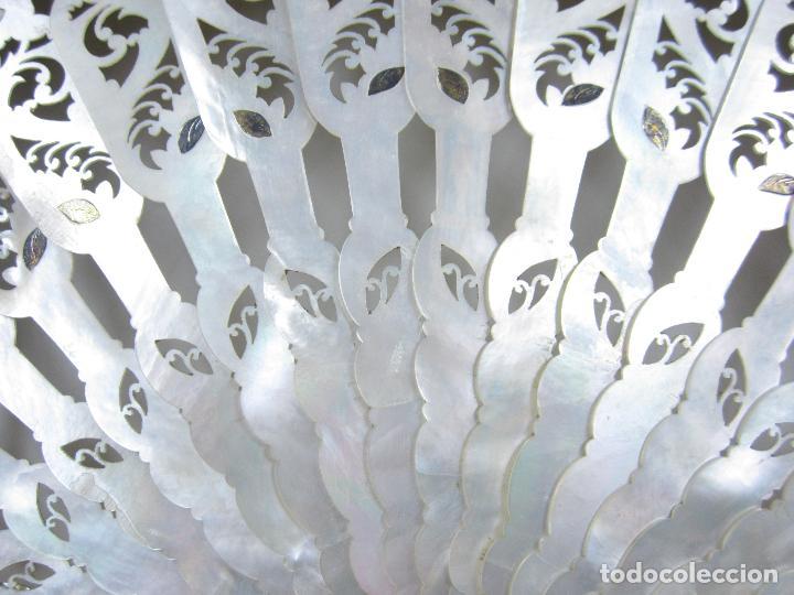 Antigüedades: Abanico isabelino de nácar, siglo XIX, 26,5cm de largo de varilla. - Foto 5 - 114983135