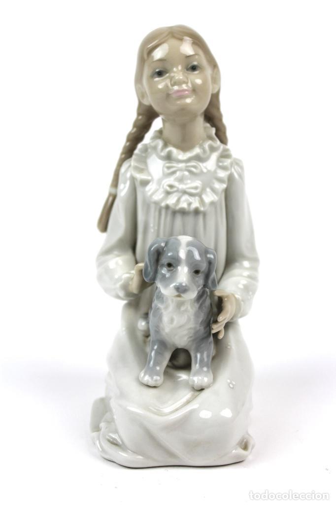 PORCELANA NAO . JOVEN CON PERRO . MITAD DEL SIGLO XX (Antigüedades - Porcelanas y Cerámicas - Lladró)